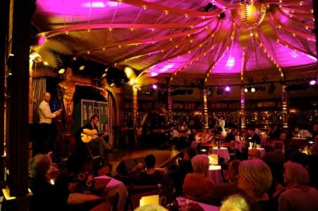 Einlass in der Bar jeder Vernunt mit My little Django - Foto: Ingo von Sueven