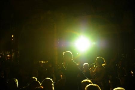 Die Moderatoren in der Zeltmitte Foto: Ingo von Sueven